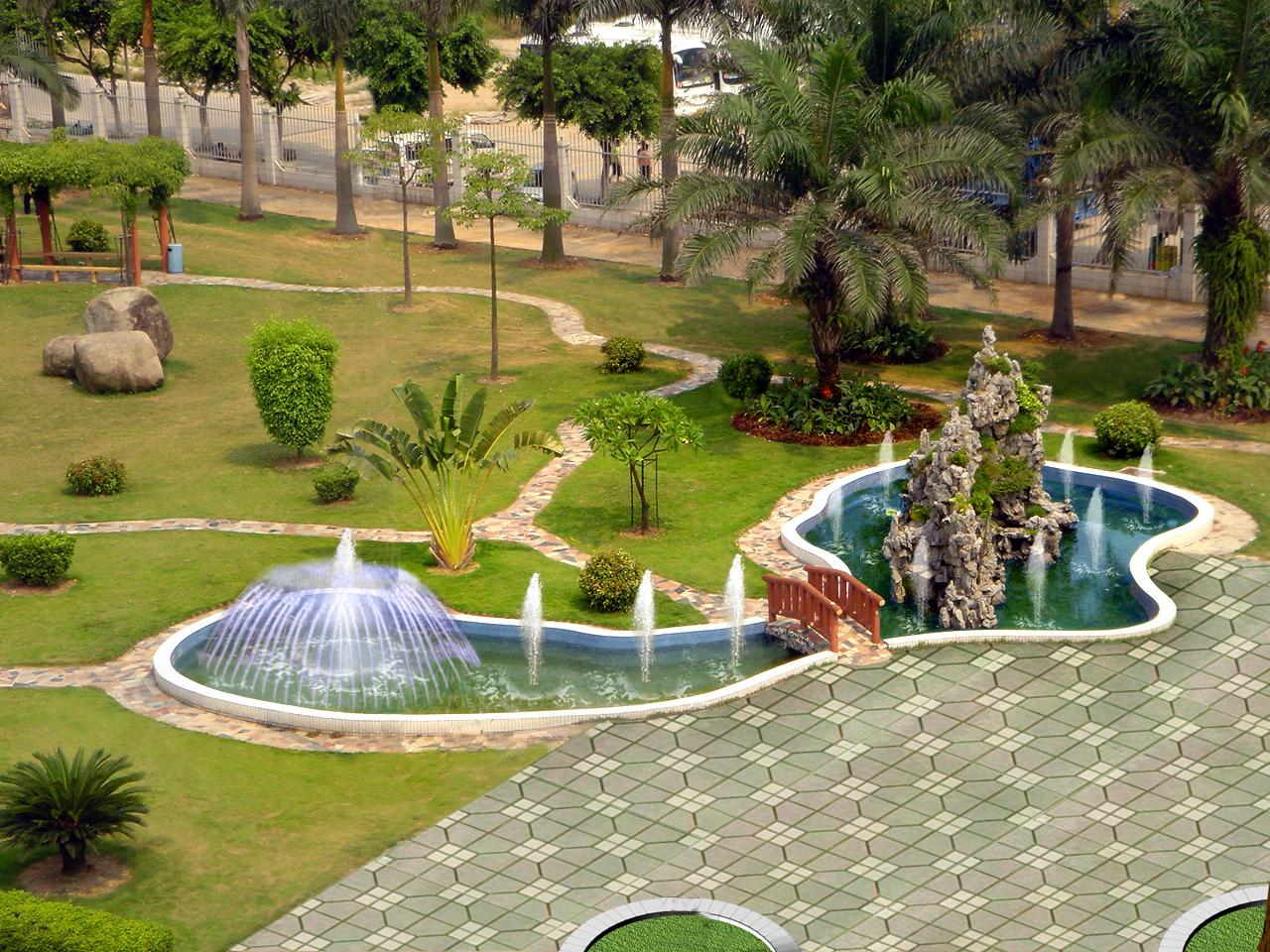 喷水池,游泳池,池塘等水池要设计成类圆形,四面水浅,并要向住宅建筑物
