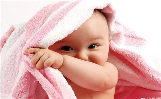 在中国帮宝宝起名是一门不简单的学问,我们起名字讲究好听,好记,有